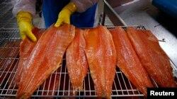 La ley en EE.UU. no exige que el salmón modificado genéticamente sea etiquetado como tal.