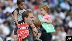 미국의 '아버지의 날'을 앞둔 20일 시카고 야구 경기장에서 열린 '아버지와 딸의 날' 행사에 참석한 야구팬들의 모습.