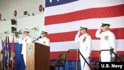 美国海军中将安德鲁·路易斯(Andrew Lewis)(右二)出席第二舰队成立仪式(美国海军2018年8月24日)