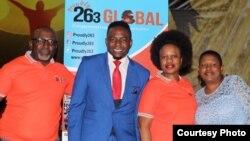 Vakaumba Proudly263 Global uye vari CEO, VaStanley Makwara, (vechipiri kubva kuruboshwe), nevamwe vavo vavanobata navo musangano ravo.