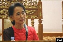 ိDaw Aung San Suu Kyi and Thura Shwe Mann meet together with burmese media group at Naypyi Daw. July 18, 2013 photo by VOA Burmese Service group