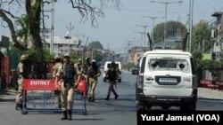 سرینگر کی سڑکوں پر مسلح پولیس اور نیم فوجی دستوں کی بھاری تعداد تعینات ہے۔