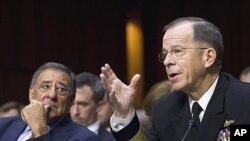 9月22号美国防部长帕内塔(左)和美军参谋长联席会议主席马伦在国会参议院武装部队委员会听证会上
