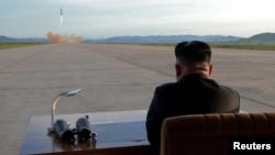 Lãnh đạo Bắc Hàn chứng kiến một vụ thử tên lửa hồi tháng Chín vừa qua.