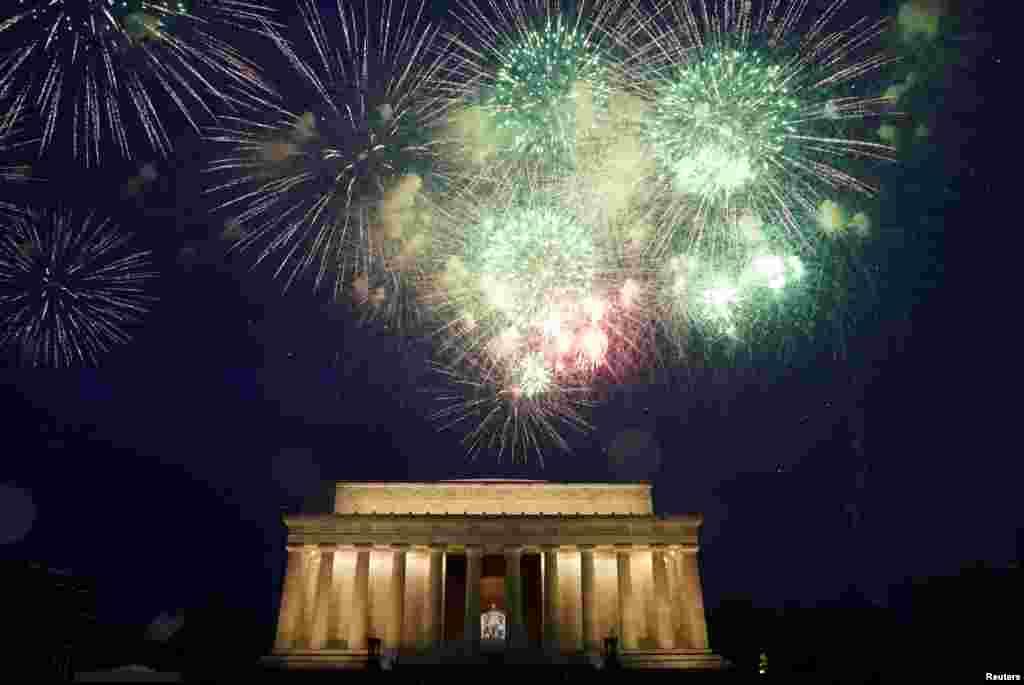 Pertunjukan kembang api dalam perayaan Hari Kemerdekaan AS menerangi monumen Lincoln Memorial di Washington DC, Kamis, 4 Juli 2019. (Foto: Reuters)