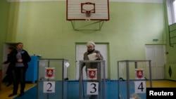 16일 우크라이나 크림 공화국의 러시아 귀속 여부를 결정할 주민투표에서 한 유권자가 투표하고 있다.
