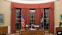 Shugaban Amurka Barack Obama a ofishin shugaban amurka da ake kira Oval Office.