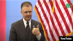 Đại sứ Hoa Kỳ Daniel Kritenbrink phát biểu trên đài VTC14, phát ngày 18/8/2020. Photo VTC14 via YouTube.