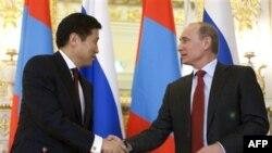 Премьер-министры России и Монголии Владимир Путин (справа) и Сухбаатарын Батболд. Москва. 14 декабря 2010 года