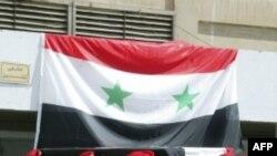 Фотография распространена государственным информагентством Сирии: солдаты провожают в последний путь убитого сослуживца.