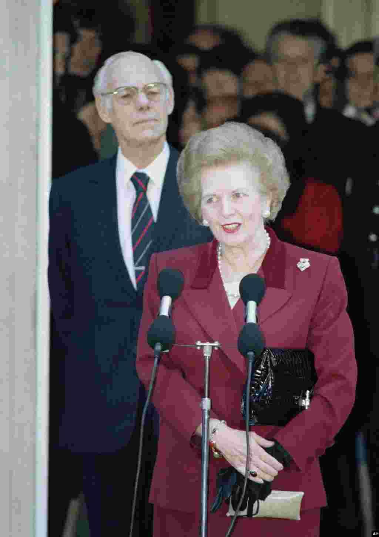 1990년 11월 28일 버킹검궁에서 총리직 사임을 발표하는 마가렛 대처 전 영국 총리.