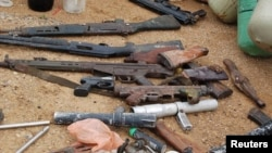 2012年8月11日軍事突襲伊斯蘭博科聖地成員藏身之處後的槍支陳列(資料照片)