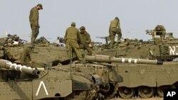 以色列军人在以色列南部加沙边界附近的坦克上