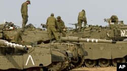 Israel menyiagakan pasukan dan tank-tank untuk kemungkinan melancarkan serangan darat atas militan Hamas di Jalur Gaza (17/11).