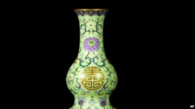 The Qing dynasty yellow-ground vase that fetched US$32.5 million at a Hong Kong auction this week, 08 Oct 2010