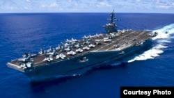 卡爾·文森號航母在太平洋上航行(美國海軍圖片)