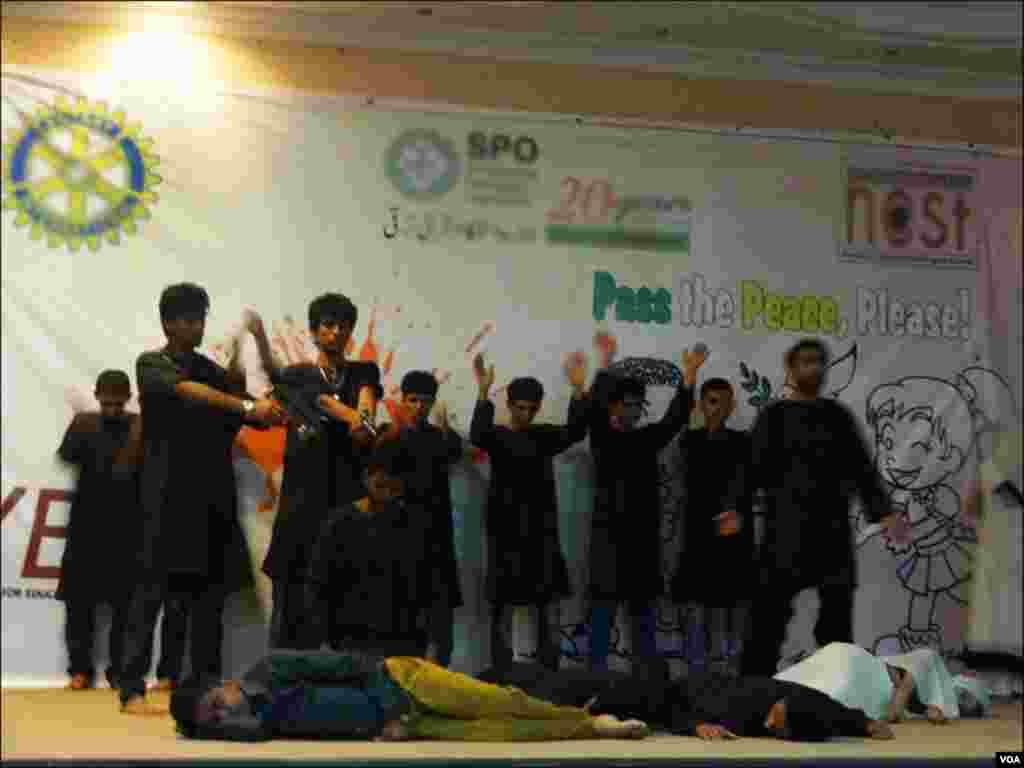لیاری کے نوجوانوں کا تھیٹر ڈرامے کے دوران شہریوں کی ہلاکت کا ایک منظر۔