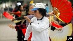 지난 8일 오전 베트남 하노이의 호안키엠 호숫가에서 전통 부채춤을 추는 여성들. (자료사진)