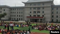븍한이 실시한 5차 핵실험으로 인공지진이 발생한 9일, 북한과 인접한 중국 지린성 옌지의 한 초등학교에서 학생들이 운동장에 대피해 있다.