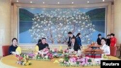មេដឹកនាំកូរ៉េខាងជើងលោក Kim Jong Un និងភរិយា ជួបជាមួយនឹងលោកប្រធានាធិបតីចិន Xi Jinping និងភរិយា នៅក្នុងក្រុងប៉េកាំង ប្រទេសចិន កាលពីថ្ងៃទី១០ ខែមករា ឆ្នាំ២០១៩។