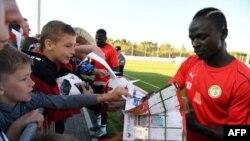 L'attaquant sénégalais Sadio Mane signe des autographes aux fans après une séance d'entraînement de l'équipe nationale de football du Sénégal le 15 juin 2018 à Kaluga, en Russie.