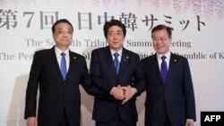 9일 도쿄 아카사카 영빈관에서 열린 한일중 정상회담에 앞서 리커창 중국 총리(왼쪽부터), 아베 신조 일본 총리, 문재인 한국 대통령이 기념 촬영을 하고 있다.