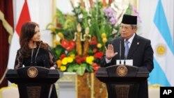 Cristina Fernández, presidenta de Argentina firma tres memorándums de comercio con el presidente de Indonesia, Susilo Bambang Yudhoyono