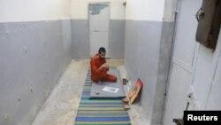 Abed El-Hamed Atiya, seorang tahanan asal Irak yang dituduh sebagai anggota ISIS, tampak sedi selnya di penjara di Kota Hasaka, Suriah, 7 Januari 2020.