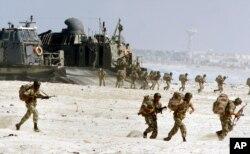 지난 2001년 '브라이트 스타' 훈련에 참가한 이집트군 장병들이 알렉산드리아 해변에서 상륙작전을 진행하고 있다.