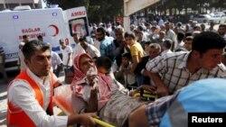 Một người đàn ông bị thương ở thị trấn Kobani được đưa đến bệnh viện tại tỉnh Sanliurfa, Thổ Nhĩ Kỳ, ngày 25/6/2015.