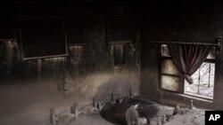 Rastros de camas y un ventilador bajo los escombros después de la erupción del volcán en Guatemala.