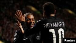 Neymar de Paris Saint-Germain jubile avec Kylian Mbappé après avoir ouvert le score lors du match de la Ligue des champions contre Celtic au Celtic Park, Grande-Bretagne, 12 septembre 2017.