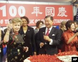 袁健生與賓客舉杯慶賀建國百年
