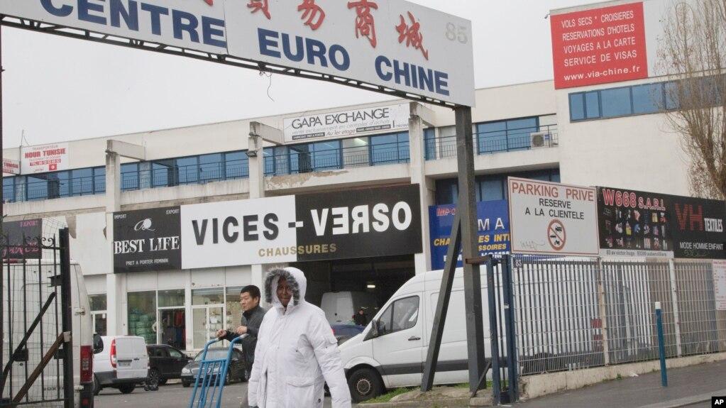 在法国巴黎以北欧贝维利耶的一处中国服装批发区。(资料照)