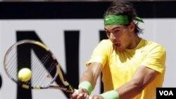 Rafael Nadal mengembalikan bola kepada Marin Cilic dalam turnamen tenis Italia Terbuka di Roma, Jumat (13/5).