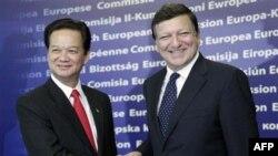 Thủ tướng Việt Nam Nguyễn Tấn Dũng (trái) và Chủ tịch Ủy ban Châu Âu Jose Manuel Barroso tại trụ sở Liên Hiệp Châu Âu ở Brussel, ngày 4/10/2010