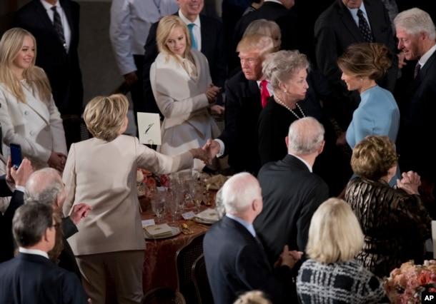 El presidente Trump saluda a su ex rival Hillary Clinton durante el banquete en el Congreso.