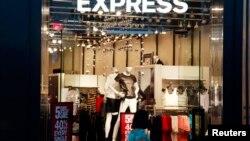 Seorang calon pembeli melewati toko Express di Broomfield, Colorado, 28 Agustus 2013 (Foto: dok).
