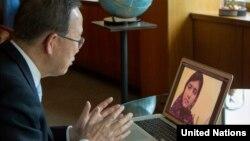 اسکائیپ پر بان کی مون ملالہ یوسف زئی سے گفتگو کرتے ہوئے