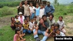 Ông Andre Mendras thăm làng dân tộc thiểu số Việt Nam. Photo Facebook Ngo Thu. Hình minh họa.
