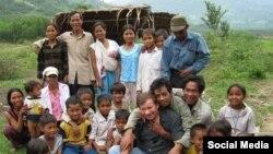 Ông Andre Mendras thăm làng dân tộc thiểu số Việt Nam. Photo Facebook Ngo Thu.
