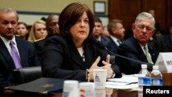Direktur Dinas Rahasia AS, Julia Pierson (tengah) memberikan keterangan di hadapan komisi DPR AS, Selasa (30/9).
