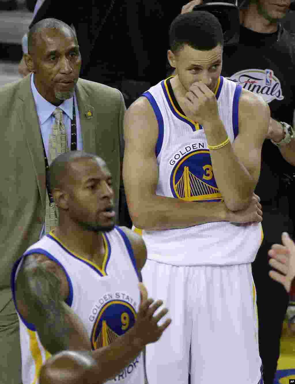 Les joueurs du Golden State Warriors Stephen Curry, et Andre Iguodala après avoir perdu le dernier match de la NBA en Californie.
