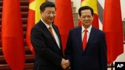 越南总理阮晋勇和来访的中国国家主席习近平握手(2015年11月5日)