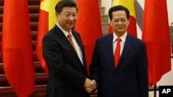 中國國家主席習近平和越南總理阮晉勇握手。(2015年11月5日)