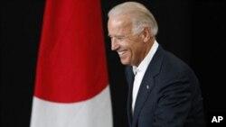 美國副總統拜登星期二在日本仙台機場步上講台向大地震生還者發表演講。