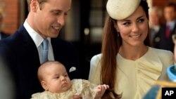23일 영국 런던에서 윌리엄 왕세손 부부가 지난 7월 태어난 조지 왕자의 세례식에 참석했다.