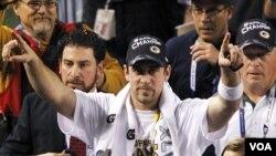 Quarterback Green Bay Packers, Aaron Rodgers merayakan kemenangan timnya atas Pittsburgh Steelers dalam pertandingan final Super Bowl XLV di Arlington, Texas, Minggu malam 6 Februari 2011.