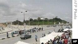 Eleitores angolanos concentrados em torno de uma assembleia de voto durante as eleições parlamentares de 2008 (Foto de arquivo)