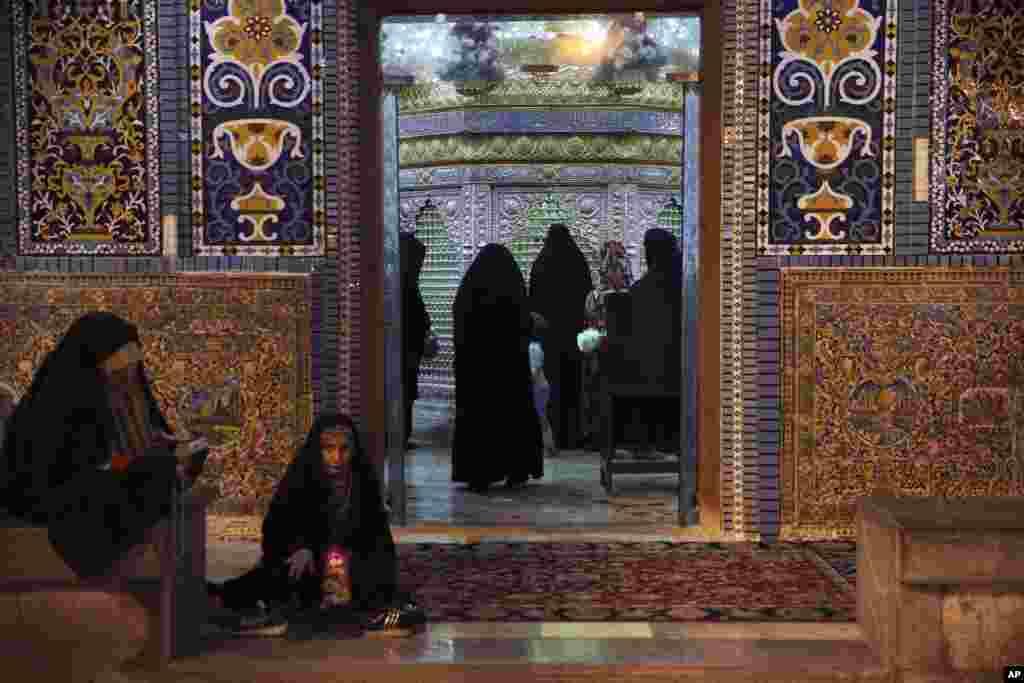 Para jemaah di sebuah tempat beribadah pada bulan Ramadan di Shar-e-Ray, selatan Teheran, Iran, 8 Mei 2019. (Foto: AP)